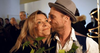 "Kiss as kiss can: Kirstin Zambelli (Friseure am Dalmannkai) gratuliert zum Bistro-Start und herzt Unternehmer und Club 20457-Macher Antonio ""Toni"" Fabrizi. © Thomas Hampel"