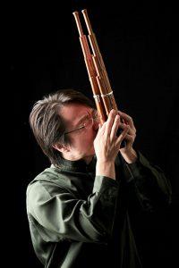 Naoyuki Manabe spielt solo auf der Sho Gagaku-Musik, die traditionelle höfische Zeremonialmusik Japans. Foto: Hannes Wienert