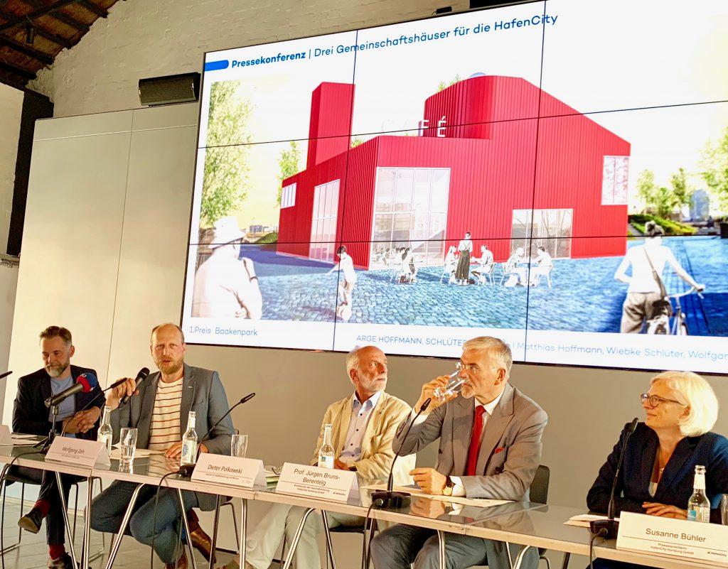 """Architekt Wolfgang Zeh (2. v. li.): """"ich wünsche mir, dass von den Gemeinschaftshäusern eine identitätsstiftende Wirkung für den Stadtteil und seine Bewohner ausgeht."""" . Foto: Wolfgang Timpe"""
