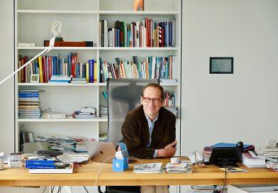Christoph Lieben-Seutter in seinem Büro des Generalintendanten der Elbphilharmonie. Foto Thomas Hampel