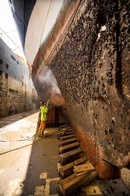 """Während der  Atlantiküberquerung wurde der Rumpf der """"Peking"""" von unzähligen Muscheln per Dampfstrahler befreit. Foto: Jan Sieg"""