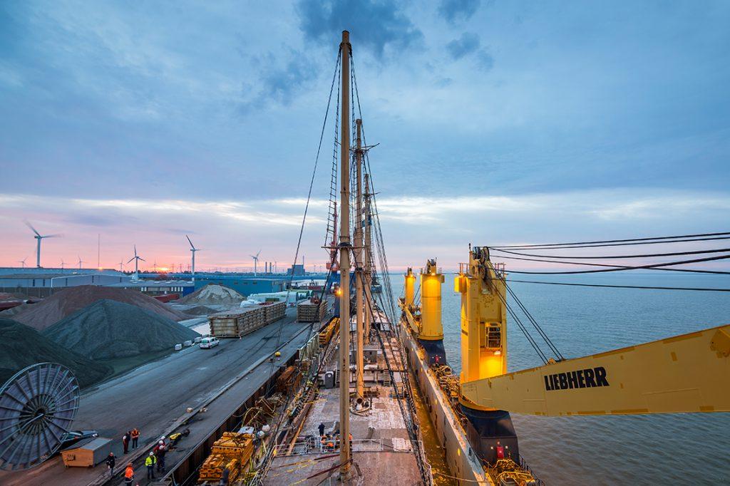 """Endlich wieder Elbwasser unterm Kiel. Die """"Peking"""" verlässt das Dockschiff und macht sich auf den Weg zur Peterswerft nach Wewelsfleth.. Foto: Jan Sieg"""