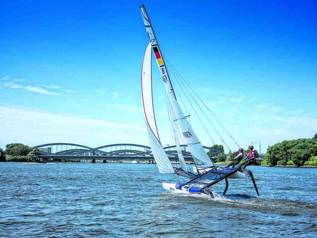 Die Elbbrücken und die HafenCity im Blick: Silas Mühle (17) und Levke Möller (16) segeln für Olympia 2020 in Tokio. Foto: Thorsten Baering