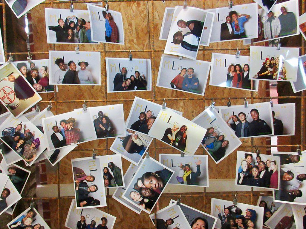 Eine der Attraktionen ist eine Fotobox. Jeder kann sie ausprobieren, um Polaroids zu machen, die vor einer Wand aufgehängt werden. Foto: Dagmar Leischow