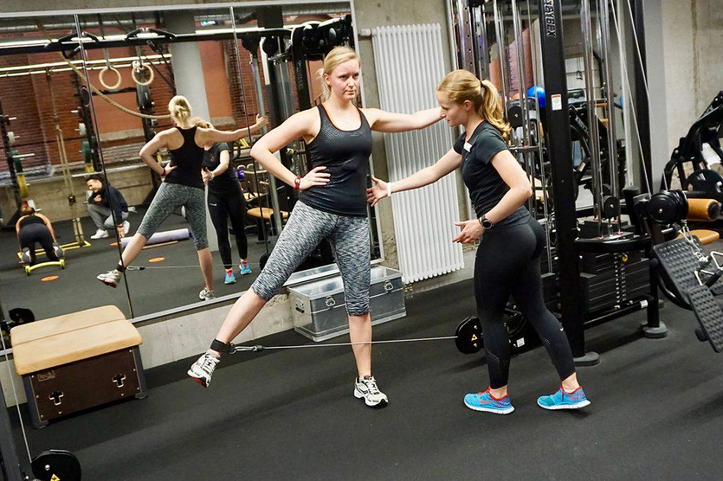 Trainerin Sarah schrader korrigiert Haltungen bei Lara. ©Wolfgang Timpe