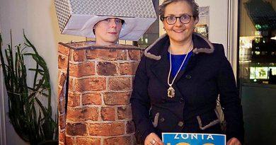 """Cornelia Klinger, Vizepräsidentin des Zonta-Clubs Hamburg Elbufer, mit Elbphilharmonie-Dani an Halloween: """"Es gibt noch so viel für Frauen zu tun!"""" © Privat"""