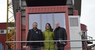 Karsten Rolf und Don Menge, Glaserei Rolf & Weber, und Bauleiterin Christina Hoyer (Fotos: TEN)