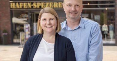 Yvonne und Lutz Kneissl vor ihrem neuen Geschäft auf dem Überseeboulevard (Foto: Marc Sternberg)