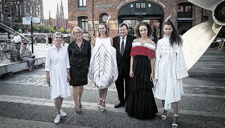 Junge Mode im Maritimen Museum: Peter Tamm (Mitte) war beeindruckt von dem Engagement und der Kreativität der AMD-Studierenden. (Foto: vdL