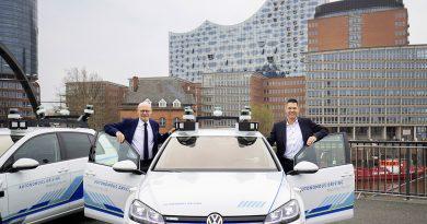 """Hamburgs Wirtschaftssenator Michael Westhagemann und Axel Heinrich, Head of Group Research and Innovation bei Volkswagen (re.), mit den neuen VW-Testfahrzeugen vom Typ e-Golf: """"Es macht Spaß, damit unterwegs zu sein."""" © Friso Gentsch/Volkswagen"""