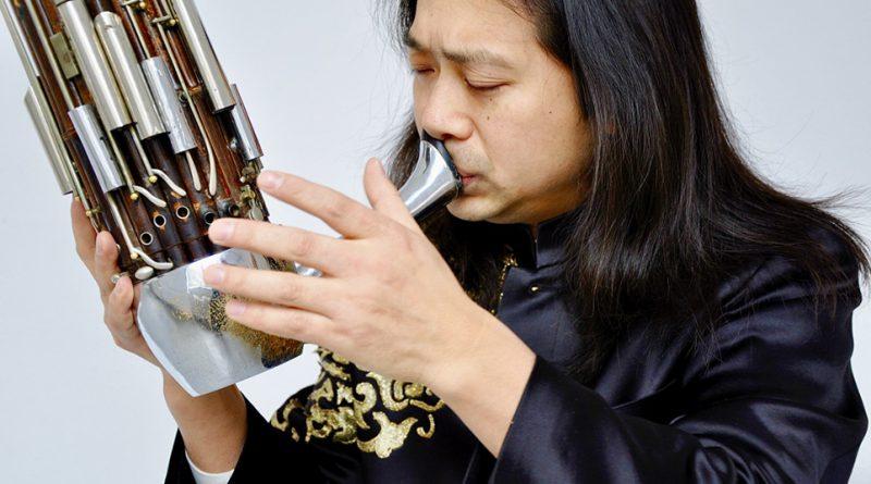Mundorgelmeister WuWei führt mit Naoyuki Manabe neue Kompositionen für Zheng und Sho auf. Foto: Hannes Wienert