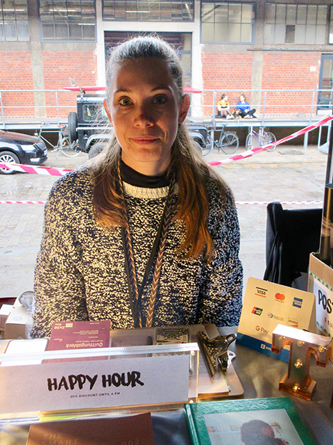 """Die Hamburgerin Rosa Roth ist Chefredakteurin des Independent-Magazins """"The Smart View"""": """"Ich suche hier den Kontakt zu anderen Leuten und möchte natürlich meine Hefte verkaufen."""". Foto: Dagmar Leischow"""