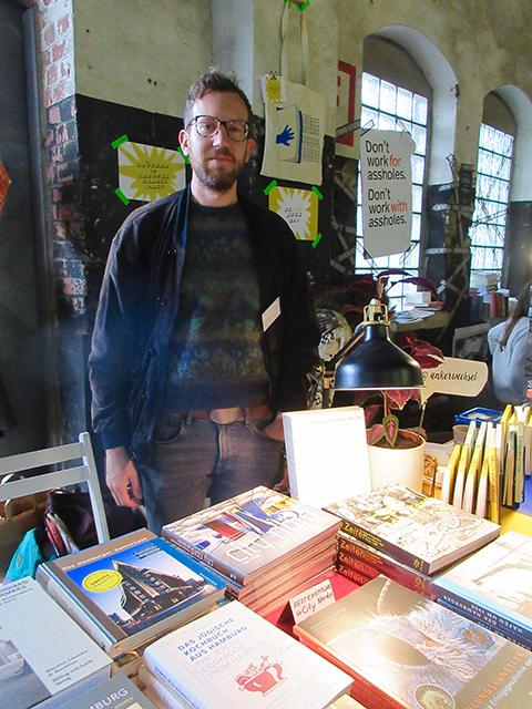 """Anton Engel vom Dölling und Galitz Verlag aus Ottensen: """"Das ist unsere Premiere bei der Indiecon. Wir wollen die Chance nutzen, uns mit anderen Verlagen austauschen zu können."""" Foto: Dagmar Leischow"""
