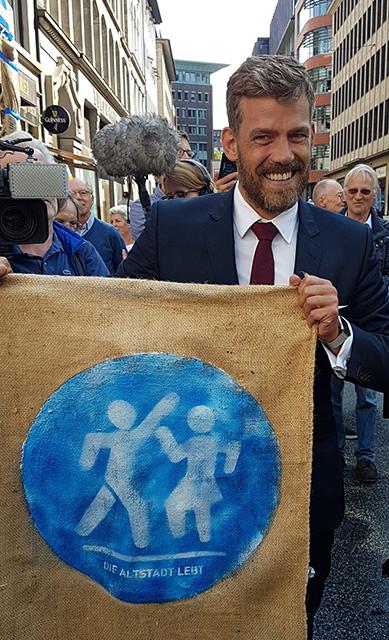 """Falko Droßmann, Bezirkschef Mitte, bei der Premiere: """"Klappt das hier, kann man das immer weiter fortführen."""" Foto: Florian Marten"""