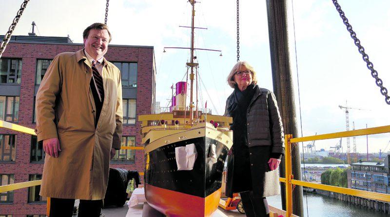"""Leinen los für die """"Cap Arcona"""" bei der Verladung ins Internationale Maritime Museum: IMMH-Direktor Peter Tamm jun. und die frühere Hamburg-Süd-Kommunikatorin Eva Graumann. © IMMH"""