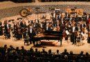 Dirigent Mariss Jansons († 76) und das BR-Symphonierchester am 30. Oktober 2019 im Großen Saal der Elbphilharmonie: Es gelingt nach jedem Höhepunkt, die Spannung zu halten – mithilfe der Streicher, die einen wunderbar widerborstigen Klangteppich auslegen. © Daniel Dittus