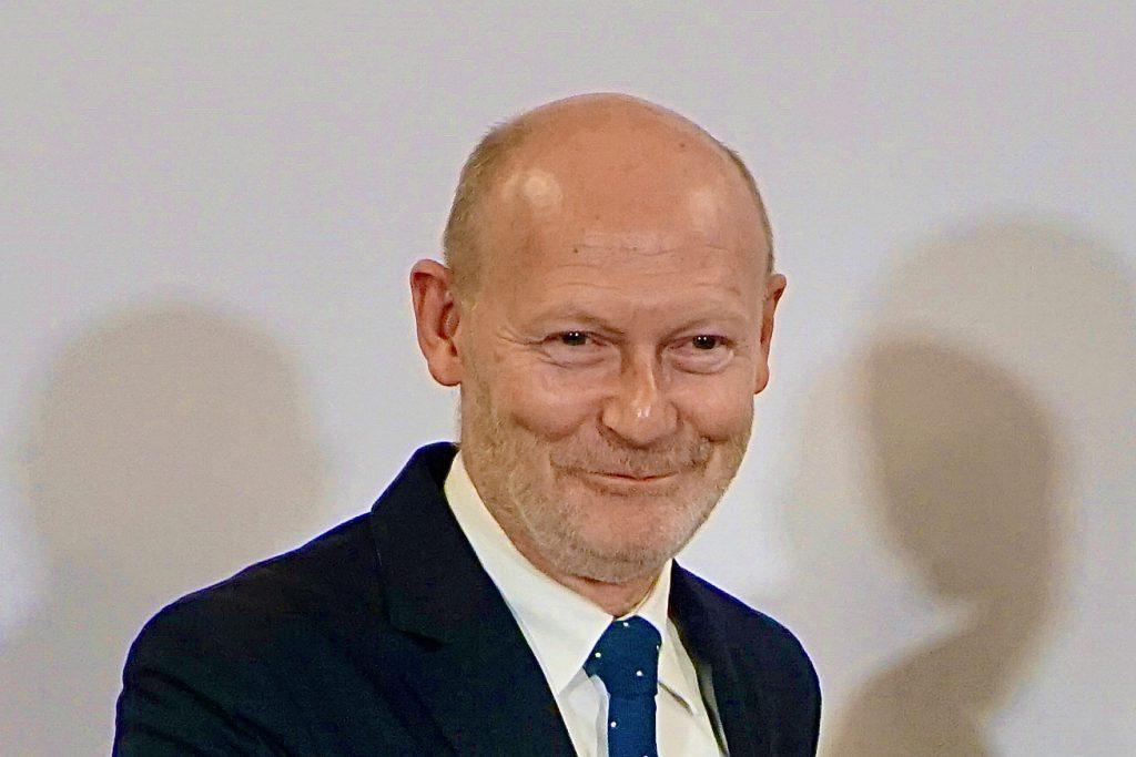 """Senator Michael westhagemann, Behörde für Wirtschaft, Verkehr und Innovation: """"Meine Sorge ist, dass man sich an der Batterie festbeißt, während man in Asien in Richtung Brennstoffzelle und Wasserstoff gehen. Schließlich haben wir in Norddeutschland den Vorteil, dass wir die erneuerbaren Energien haben und damit grünen Wasserstoff produzieren können. Markt entsteht nicht von alleine. Da muss man auch ein wenig helfen."""" © Wolfgang Timpe"""