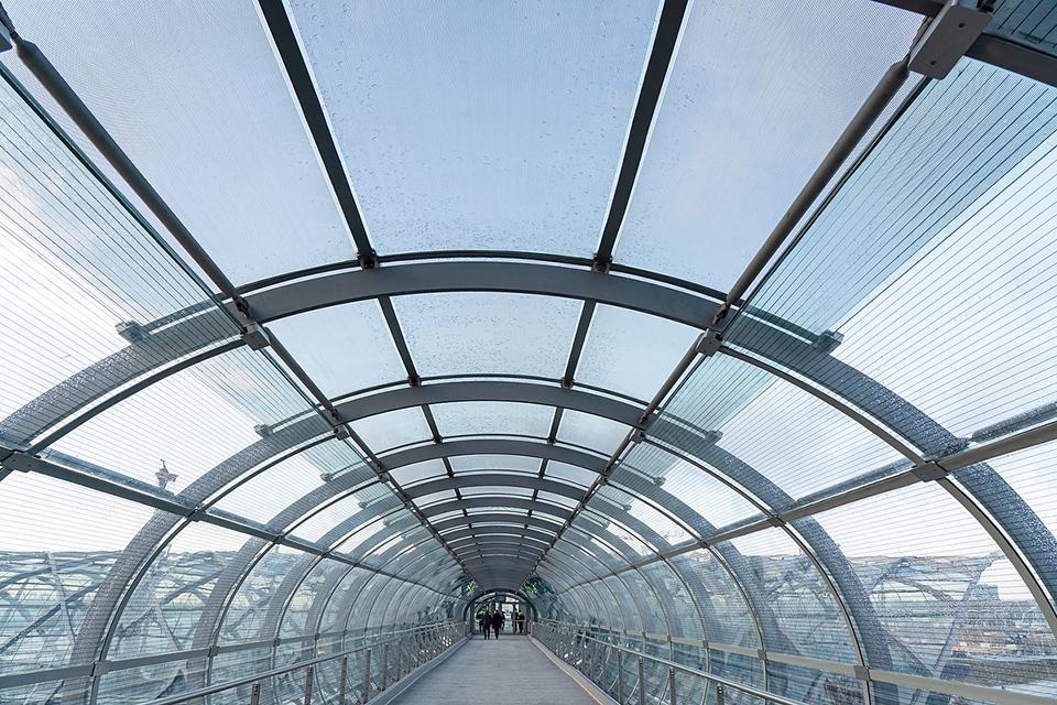 Der Skywalk verbindet S- und U-Bahnstation Elbbrücken: Ein Glas-Stahl-Highlight von 70 Meter Länge mit weiten Ausblicken auf die Elbe und die HafenCity und Hammerbrook. © Thomas Hampel