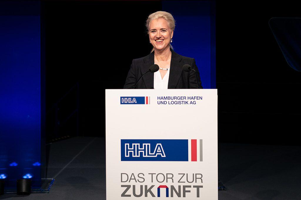 """HHLA-Vorstandsvorsitzende Angela Titzrath: """"Wir setzen konkrete Maßnahmen für einen effizienten und nachhaltigeren Containerumschlag sowie klimafreundliche Transportketten von der Kaikante bis ins Hinterland um."""" © HHLA / Nele Martensen"""