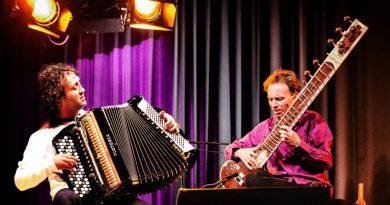 Akkordeonspieler Luciano Bondini und Sitar-Künstler Klaus Falschlunger (r.): Seelenmusik voller Poesie, Energie und feinem Humor. © Falschlunger/Streiter