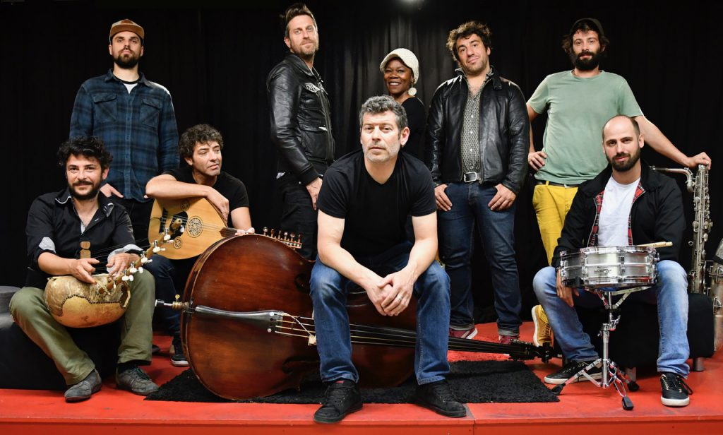 Das Ensemble Les Hurlements d'Léo auf dem Off-Musik-Dampfer MS Stubnitz im Baakenhafen: Rock, Flamenco, Soul & Co. © Laurent Larroque