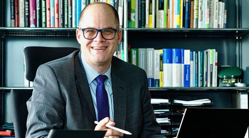 """Prof. Jörg Müller-Lietzkow, Präsident der HafenCity Universität (HCU): """"Wir haben das große Glück und die Freude, dies alles live vor Ort in der HafenCity Universität mitzuerleben – schöner wäre allerdings noch, wenn man ab und an die vielen klugen und hochqualifizierten Menschen an der HCU ein wenig mehr einbinden würde, denn an Wissen, Können und Lust an der Mitgestaltung der HafenCity herrscht kein Mangel."""" © Thomas Hampel"""