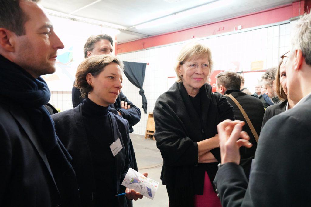 Stadtteil-Kommunikation: Pastor Frank Engelbrecht (r.) in freudiger Anhandgabe-debatte mit Philippa Dorow, Vorständin Genossenschaft Gröninger Hof eG, und Dorothee Stapelfeldt (M.). © Thomas Hampel