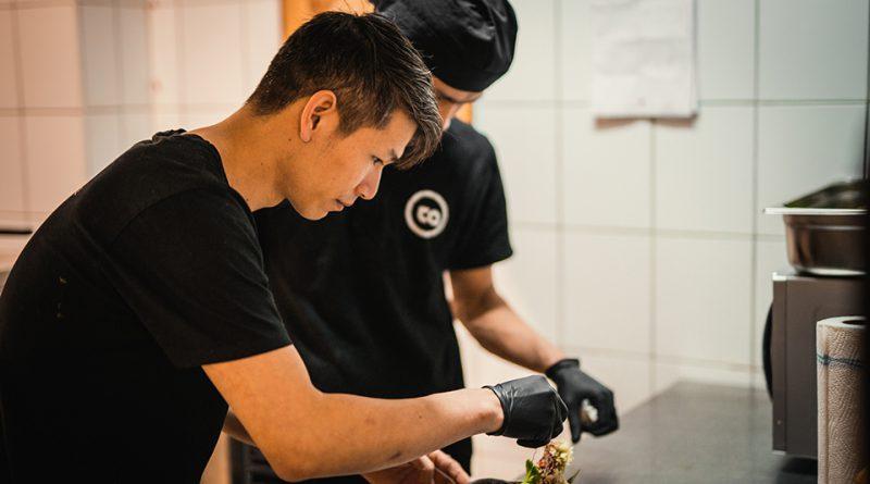 Auf den Tisch kommen pflanzenbasierte Köstlichkeiten der vietnamesischen Küche, die von Küchenchef Ta Tien Hop (li.) raffiniert weiterentwickelt werden. © TA VEGAN HOUSE / Philipp Troche