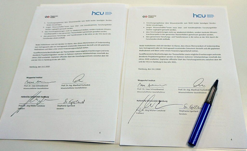 Das unterschriebene Memorandum of Understanding(MOU) zwischen der HCU und dem Wuppertaler Institut (WI) für Klima, Umwelt und Energie. Foto: Wolfgang Timpe