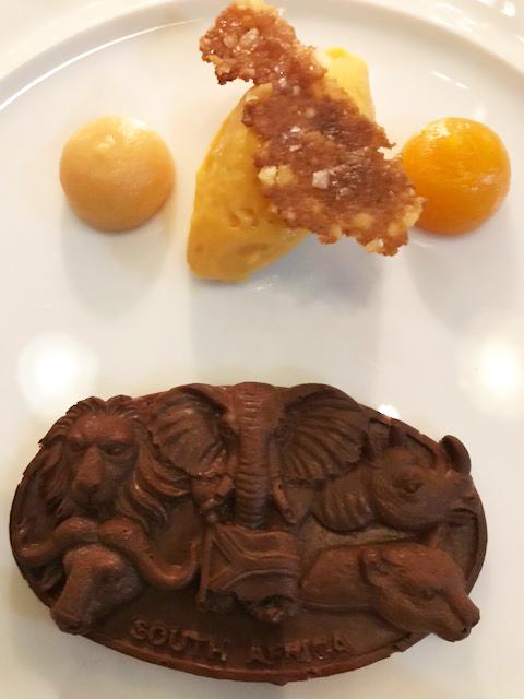 """3-Sterne-Genuss mit Kevin Fehling auf der """"Europa"""": """"The Globe""""-Dessert Südafrikanische Schokoladen-Canache mit den Big Five. © Dagmar Garbe"""