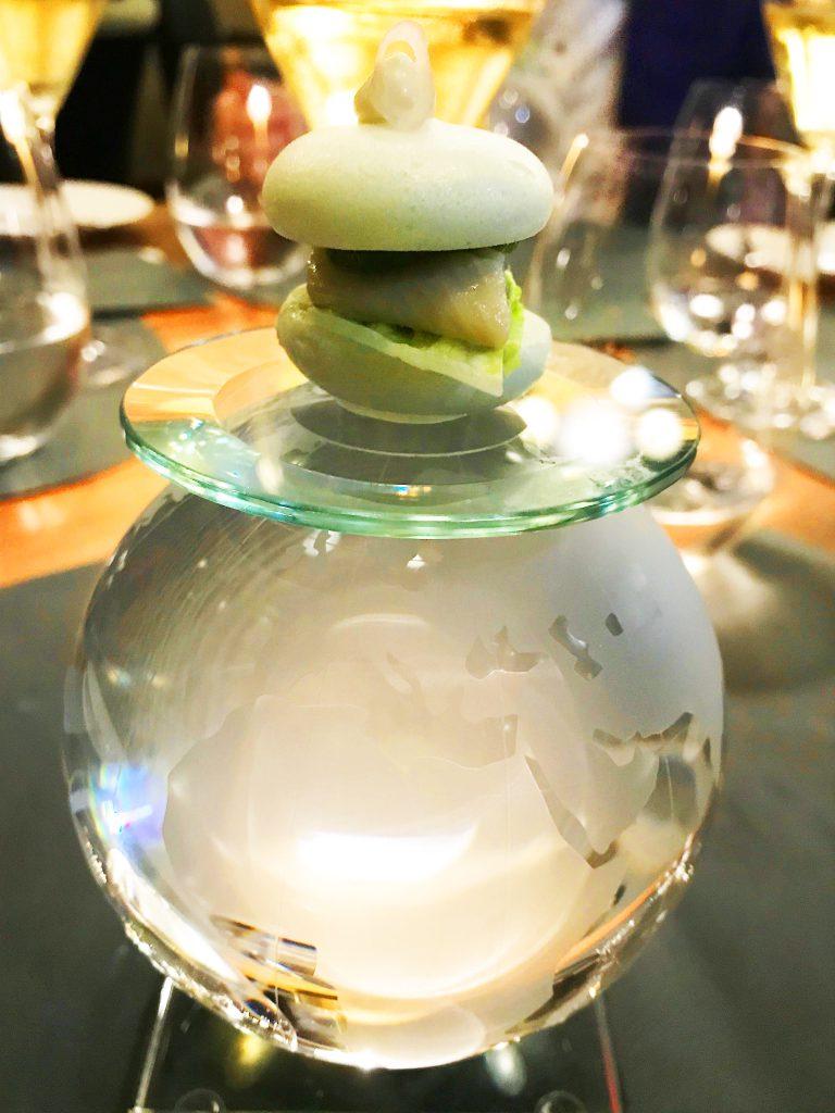 """""""Europa""""-3-Sterne-Genuss mit Kevin Fehling: """"The Globe""""-Küchengruß mit Fisch-Hamburger im Macaron auf Weltkugel. © Dagmar Garbe"""