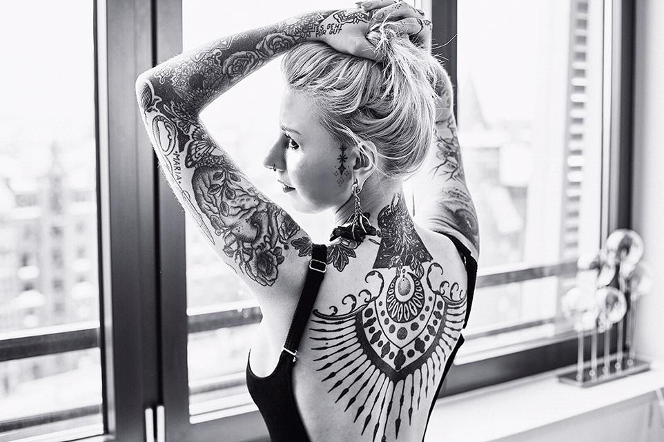 Inzwischen ist ein Großteil der Haut mit den Verzierungen verdeckt. Dabei folgte das Tattoo-Outfit keinem besonderen Konzept. Oftmals hat sie einfach dem Stil und dem Können von Kollegen vertraut. Nur Gesicht und Dekolleté bleiben bei ihr bewusst frei – hat Jessica Svartvit es doch ihrer Mutter hoch und heilig versprochen. © Sascha Lepp