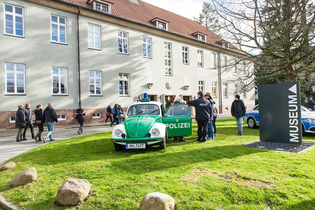Historische Grüne Minna vor dem Polizeimuseum neben dem Polizeipräsidium. © Museumsdienst Hamburg / Sven Möckelmann