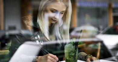 """Tattoo-Künstlerin Jessica """"Jessi"""" Svartvit nutzt die durch das Coronavirus gewonnene freie Zeit vor allem zum Zeichnen: """"Meine Blätter füllen sich rasant. Ich bin begeistert dabei, mich auf anderes zu konzentrieren wie zum Beispiel mein Modelabel ,Svit'"""". © Karla Lovalot"""