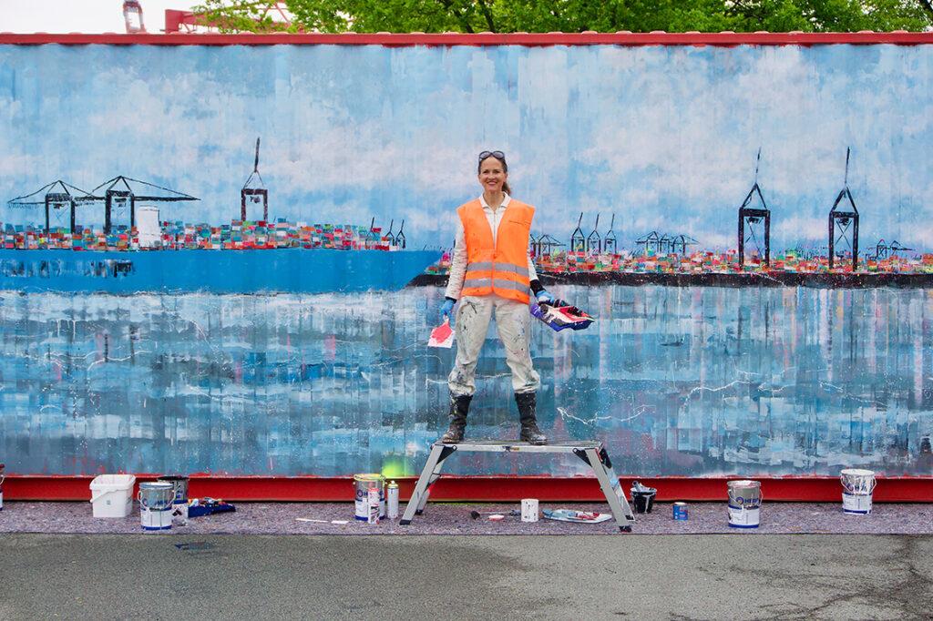"""Christiane Krämer, Kommunikationschefin Hamburg Süd: """"Der Container wird auf seiner Reise auf jedem Kontinent einmal den Boden berührt haben. Über die Ladung können wir noch nichts verraten, denn er wird eingesetzt wie jeder andere Container auch. Nach der Rückkehr im nächsten Jahr werden wir die Stationen und die Ladungen durch Jeannine Platz im Inneren des Containers ergänzen und den Container auf dem Rathausmarkt ausstellen und begehbar machen."""" © Wolfgang Timpe"""