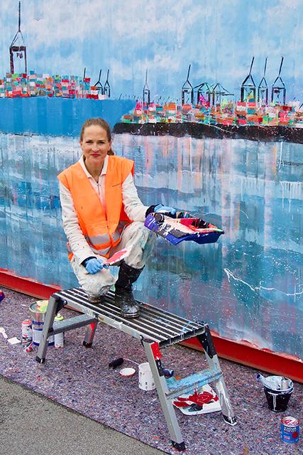 """Container-Künstlerin Jeannine Platz: """"Ich habe schon mehrere Reisen mit Containerschiffen erleben dürfen und seitdem den Wunsch in mir gehegt, einmal einen Container zu bemalen. Dass daraus dank Hamburg Süd, Eurogate und der Hamburg Port Authority (HPA) ein weltweites Projekt anlässlich des 150. Jubiläums der Reederei wird, freut mich sehr."""" © Wolfgang Timpe"""