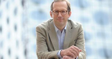 """Christoph Lieben-Seutter, Generalintendant von Elbphilharmonie und Laeiszhalle: """"Wenn ein Autokonzern in die Krise gerät, werden sie ebenfalls in Mitleidenschaft gezogen. Ganz ähnlich sieht es bei einer Veranstaltung aus. Ein Konzert beginnt nicht einfach um 20 Uhr. Dahinter stecken monate- oder jahrelange Vorbereitungen mit etlichen Dienstleistern."""" © Elbphilharmonie / Michael Zapf"""