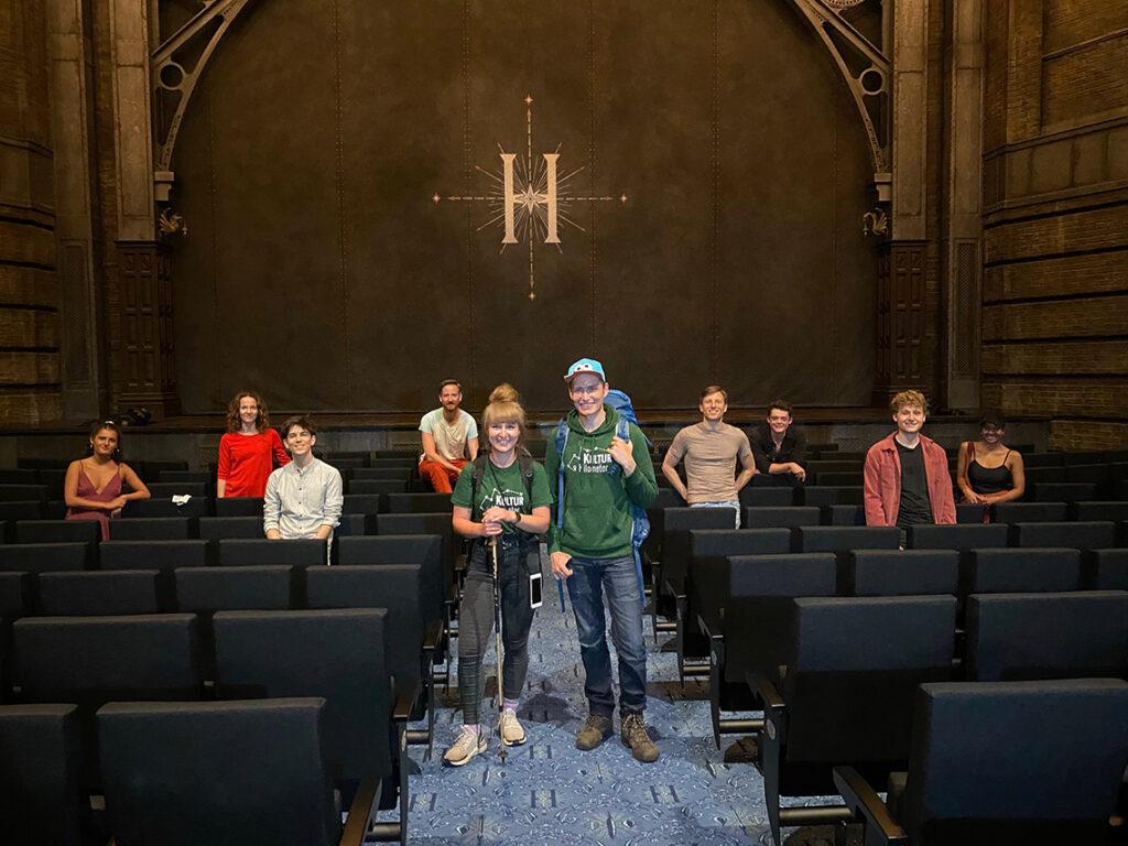 """Das""""KulturKilometer""""-Duo Laura Kuhlen und Meik Gudermann mit dem Harry-Potter-Ensemble des Mehr! Theaters in Hamburg: Gestartet sind die beiden Mehr-BB-Entertainment-Mitarbeiter am 2. Juni am Musical Dome in Köln, am 23. Juni werden sie nach 750 Kilometern ihr Ziel erreichen: den Admiralspalast in Berlin. © Mehr! Theater"""