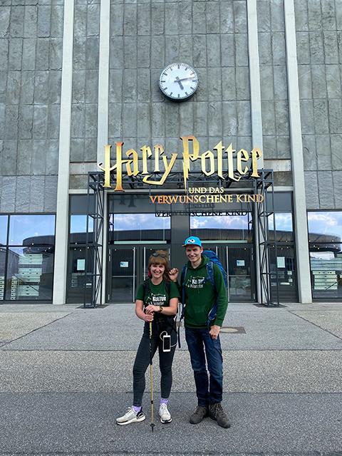 """Mit ihrer Aktion """"KulturKilometer"""" machen Laura Kuhlen, 26, und Meik Gudermann, 32, auf die der Pandemie geschuldeten schwierigen Lage der Privattheater und Kulturveranstalter aufmerksam. © Mehr! Theater"""