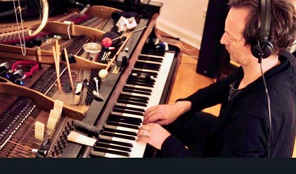 Los geht es am 15. August mit dem Düsseldorfer Hauschka. Dieser Pianist beeindruckt wohl jeden mit seiner Experimentierfreudigkeit, an diesem Abend begleitete ihn der Schlagwerker Kai Angermann. © YouTube