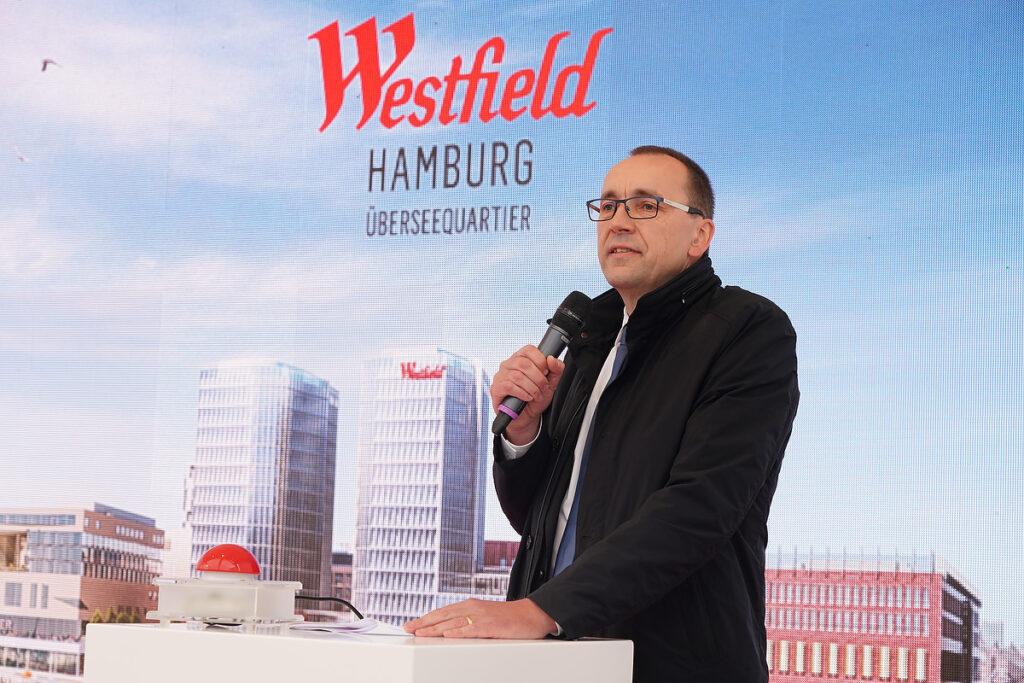 Andres Hohlmann, Managing Director Germany bei Unibail-Rodamco-Westfield (UWR) und u.a. verantwortlich für das südliche Überseequartier, bei der Grundsteinlegung von Westfield Überseequartier-Hamburg im Mai 2019. © Thomas Hampel