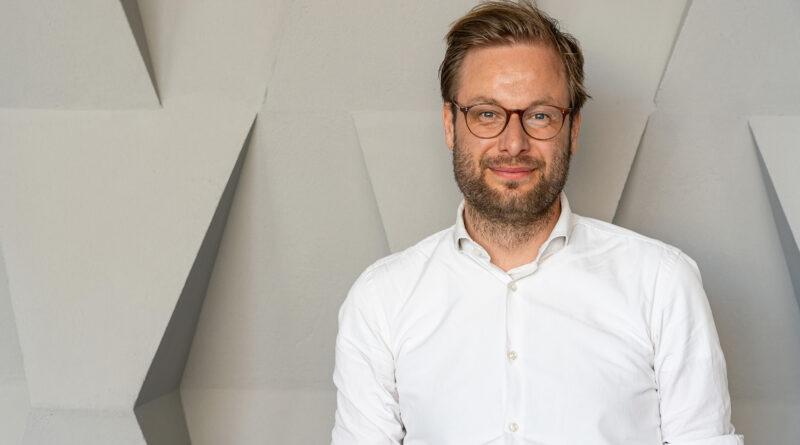 """Verkehrssenator Dr. Anjes Tjarks: """"Die Mobilitätswende für Hamburg ist zwingend notwendig. Wir haben 2007 über 50 Millionen Personenkilometer pro Tag quer über alle Verkehrsträger in Hamburg abgewickelt, 2018 ist dieser Wert auf 70 Millionen pro Tag angestiegen. Das ist eine Steigerung um 40 Prozent innerhalb von zehn Jahren. Wir sind eine wachsende Stadt, der Einzelne wird immer mobiler – aber auf derselben Fläche!"""" ©Thomas Hampel"""