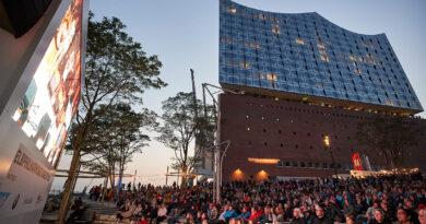 Konzertkino 2020 vom 15. August bis 1. September auf dem Platz der deutschen Einheit mit drei Live-Streamingkonzerten aus dem Großen Saal. © Claudia Höhne / Elbphilharmonie