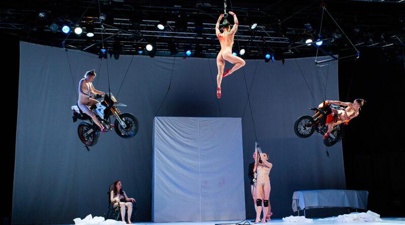"""Florentina-Holzinger-Produktion """"Tanz"""": Aus einer surrealen Ballett-Trainingseinheit entwickelt sich ein überhöhter Pornodreh im Splatterstil. © Nada Gank"""
