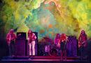 Rockröhre Janis Joplin im psychodelischen Bühnenambiente auf Woodstock. © Elliott Landy