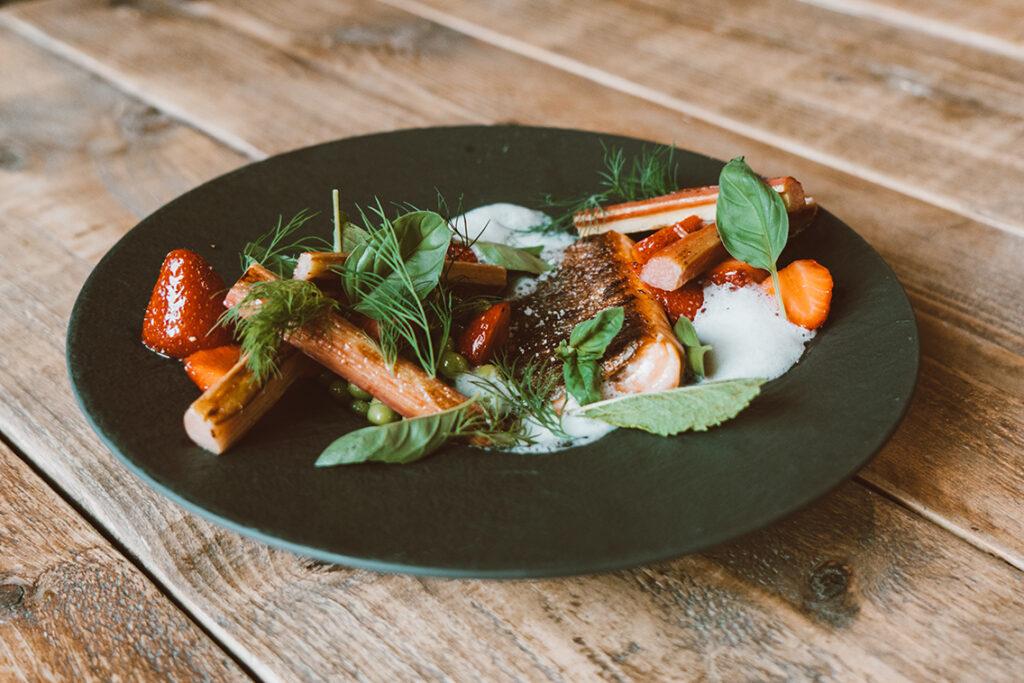 """Im Restaurant Hobenköök stehen grundsätzlich je eine vegane und vegetarische Vorspeise und Hauptgericht auf der Speisekarte. """"Da wir besonderen Wert auf das regionale Gemüse legen und auch das durch seinen besonderen Geschmack hervorsticht, war es nur logisch, dass wir es mit verschiedenen Gerichten in den Mittelpunkt stellen."""" ©Hobenköök"""
