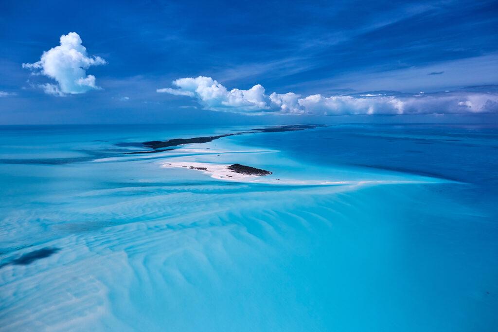 Flüchtiger Klimafrieden: Luftaufnahme mit einer Canon 5D rs aus einem kleinen Flugzeug im Distrikt Exuma, einer Inselgruppe auf den Bahamas. © Rudi Sebastian