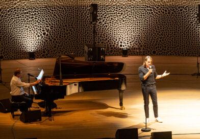 """Der Philosoph Richard David Precht legt sich bei seiner musikalischen Lesung mit dem belgischen Pianisten Wim Mertens im Großen Saal der Elbphilharmonie fest: """"Eine Künstliche Intelligenz hat keinen Verstand, keine Vernunft."""" © Thomas Hampel / Harbour Front Literaturfestival"""