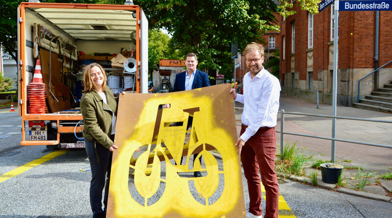 """Verkehrssenator Dr. Anjes Tjarks und Kirsten Pfaue, Koordinatoren der Mobilitätswende in der Verkehrsbehörde, eröffneten heute bei die erste offizielle temporäre Fahrradspur am Schlump: """"Die erste Pop-Up-Bikelane in Hamburg ist ein weiterer wichtiger und sichtbarer Baustein der Mobilitätswende und zugleich der breiteste Radweg unserer Stadt."""" © Wolfgang Timpe"""