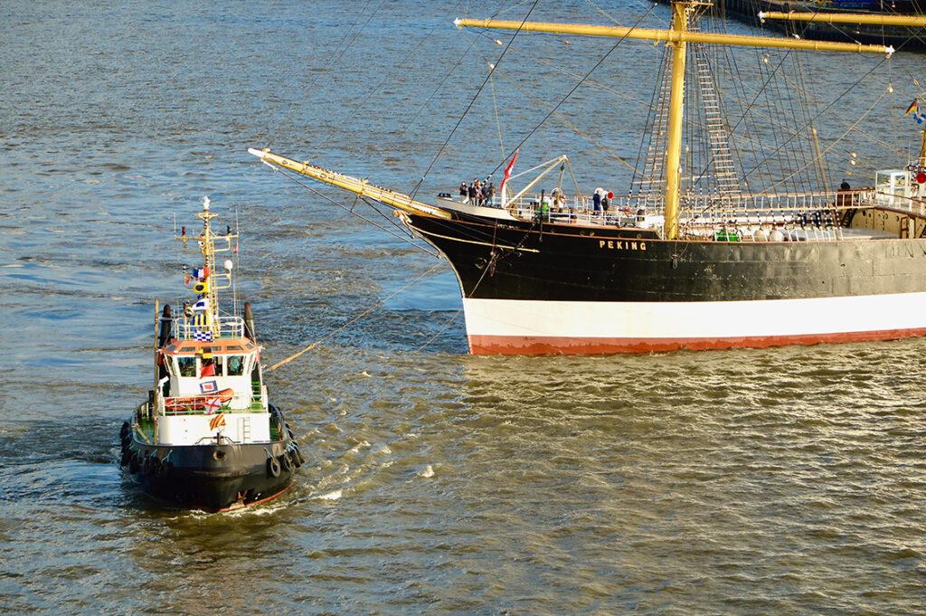 Der 115 m lange Frachtensegler für den Salpeter-Transport aus Südamerika wurde originalgetreu im Zustand des Jahres 1927 restauriert – ohne Motor. Da haben die kleinen Powerschlepper ihren großen Auftritt. © Wolfgang Timpe